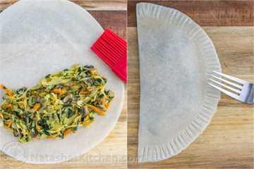 Estos chebureki (empanadillas) tienen un relleno de col y champiñones jugoso y delicioso. ¡Tan bueno! Saben a rollos de huevo. El | natashaskitchen.com