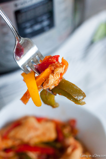 Disfruta de las fajitas cualquier día de la semana cuando hagas la receta de fajitas instantáneas de pollo en minutos. Pollo tierno, verduras y más hacen que la cena sea increíble.