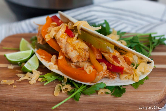 """Disfruta de las fajitas cualquier día de la semana cuando hagas la receta de fajitas instantáneas de pollo en minutos. El pollo tierno, las verduras y más hacen que la cena sea increíble. """"Width ="""" 600 """"height ="""" 400 """"srcset ="""" https://www.eatingonadime.com/wp-content/uploads/2019/05/Chicken-Fajitas-Instant- Pot_-5.jpg 900w, https://www.eatingonadime.com/wp-content/uploads/2019/05/Chicken-Fajitas-Instant-Pot_-5-300x200.jpg 300w, https: //www.eatingonadime. com / wp-content / uploads / 2019/05 / Chicken-Fajitas-Instant-Pot_-5-768x512.jpg 768w """"tamaños ="""" (ancho máximo: 600px) 100vw, 600px"""