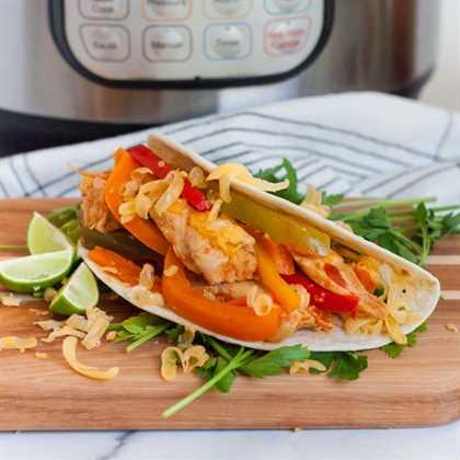 """Disfruta de las fajitas cualquier día de la semana cuando hagas la receta de fajitas instantáneas de pollo en minutos. El pollo tierno, las verduras y más hacen que la cena sea increíble. """"Width ="""" 600 """"height ="""" 600 """"srcset ="""" https://www.eatingonadime.com/wp-content/uploads/2019/05/Chicken-Fajitas-Instant- Pot-1-of-1.jpg 700w, https://www.eatingonadime.com/wp-content/uploads/2019/05/Chicken-Fajitas-Instant-Pot-1-of-1-150x150.jpg 150w, https://www.eatingonadime.com/wp-content/uploads/2019/05/Chicken-Fajitas-Instant-Pot-1-of-1-300x300.jpg 300w, https://www.eatingonadime.com/wp -content / uploads / 2019/05 / Chicken-Fajitas-Instant-Pot-1-of-1-600x600.jpg 600w, https://www.eatingonadime.com/wp-content/uploads/2019/05/Chicken- Fajitas-Instant-Pot-1-of-1-500x500.jpg 500w """"tamaños ="""" (ancho máximo: 600px) 100vw, 600px"""