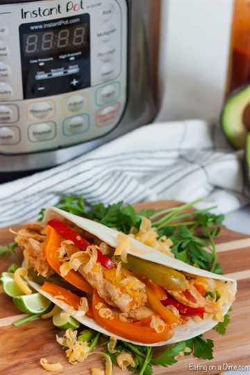 """Disfruta de las fajitas cualquier día de la semana cuando hagas la receta de fajitas instantáneas de pollo en minutos. Pollo tierno, verduras y más hacen que la cena sea increíble. """"Ancho ="""" 600 """"altura ="""" 900 """"srcset ="""" https://www.eatingonadime.com/wp-content/uploads/2019/05/Chicken-Fajitas-Instant- Pot_-8.jpg 600w, https://www.eatingonadime.com/wp-content/uploads/2019/05/Chicken-Fajitas-Instant-Pot_-8-200x300.jpg 200w """"tamaños ="""" (ancho máximo: 600 px) 100vw, 600 px"""