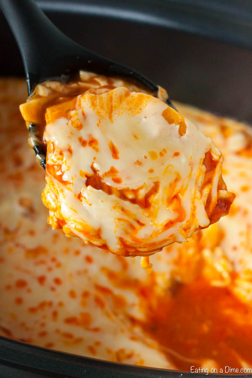 "Si te encantan todas las cosas del búfalo, esta cazuela de enchiladas de pollo y búfalo de Crock Pot será un éxito. Estas enchiladas están cargadas de queso y salsa de búfalo. ""Ancho ="" 600 ""altura ="" 900 ""srcset ="" https://www.eatingonadime.com/wp-content/uploads/2019/04/Buffalo-Chicken-Enchilada- Casserole-4.jpg 600w, https://www.eatingonadime.com/wp-content/uploads/2019/04/Buffalo-Chicken-Enchilada-Casserole-4-200x300.jpg 200w ""tamaños ="" (ancho máximo: 600 px) 100vw, 600 px"