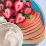 Yogurt sauce with 3-ingredient peanut butter whipped in a couple of minutes with simple ingredients for everyday life: the perfect fruit accompaniment for children!