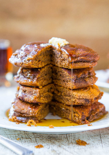 Panqueques de pan de jengibre suaves y esponjosos con jarabe de arce de melaza de jengibre - ¡Panqueques que saben a galletas de pan de jengibre! Receta fácil en averiecooks.com