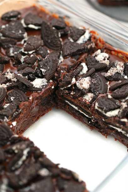 Oreo Brownies son un pedazo de cielo en la tierra! ¡Son tan dulces y dulces y tan deliciosos! ¡Aprende a convertir este favorito de la infancia en otro postre! #oreobrownies #brownies #oreo #chocolate #sweetandsavorymeals