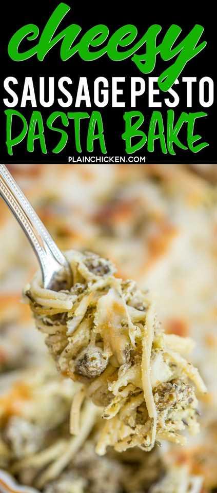 Horneado de pasta al pesto con queso y salchicha: ¡solo 6 ingredientes! Salchichas, espagueti, pesto, ricota, mozzarella y parmesano, ¡tan bueno! Gran receta de cazuela de pasta preparada, ¡también se puede congelar! Nunca hay sobras. ¡Una receta de cacerola tan rápida y fácil! #pasta # cazuela