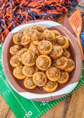 Receta Taco Biscuit Bites - ¡salchicha sazonada con taco, chiles verdes y queso horneados en mini tazas de galletas! En serio delicioso! Genial para fiestas y portones! Puede adelantarse para facilitar el entretenimiento. ¡Solo 5 ingredientes y listos para comer en 15 minutos! Sumerja en salsa y / o rancho. Estas cosas vuelan del plato!