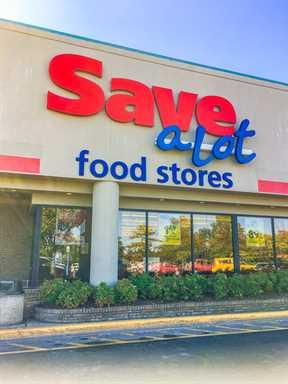 ¡Save-A-Lot le ahorra tiempo y dinero al comprar su portón trasero! ¡Asegúrese de revisar su anuncio semanal para obtener un TOUCHDOWN en su próximo portón trasero!