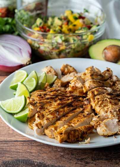 Tacos de pollo a la parrilla con condimentos de fiesta