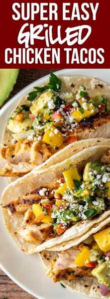 ¡Esta receta de tacos de pollo a la parrilla súper fácil está perfectamente sazonada y cubierta con una deliciosa y fresca salsa de mango y aguacate!