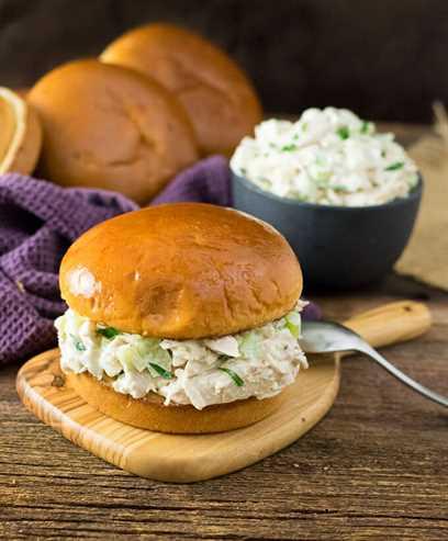 Sandwich clásico de ensalada de pollo