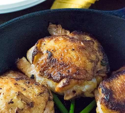 Muslos crujientes de pollo en salmuera de soya