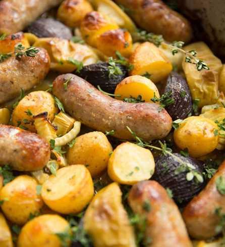 Bandeja de salchichas Hornear con salsa de mostaza y miel de palo recién salido del horno con perejil para decorar