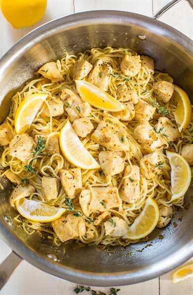Pasta de pollo con miel y limón en una sartén con rodajas de limón