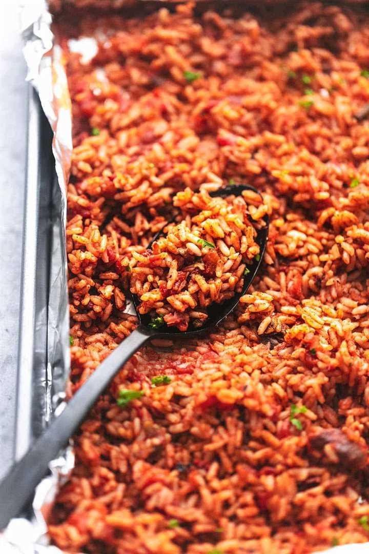 arroz español en una sartén con una cuchara