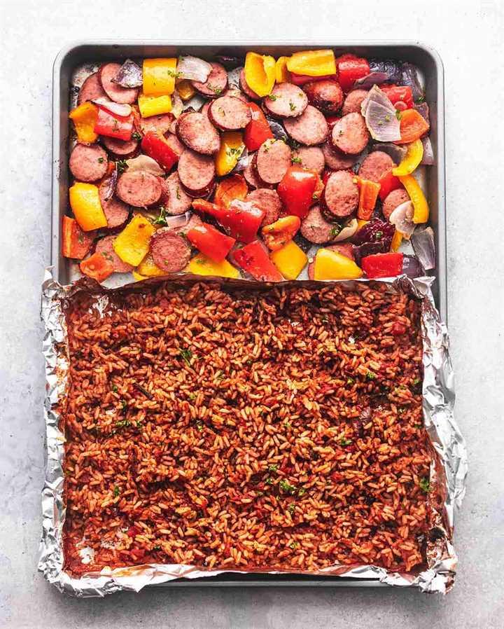 bandeja de salchichas y verduras y arroz