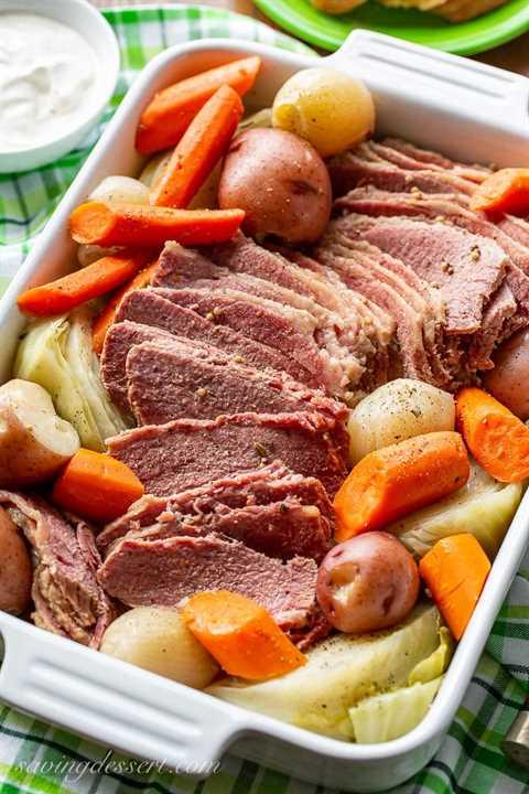 Una cacerola llena de carne en conserva, repollo, zanahorias y papas