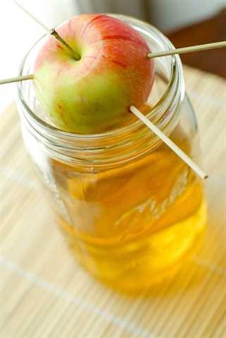 Vodka casero con infusión de manzana en frasco