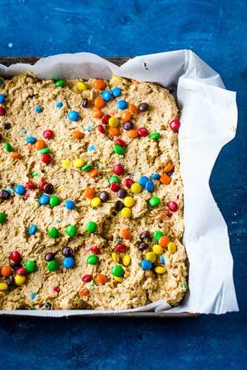 Barras Monster Cookie en sartén antes de hornear