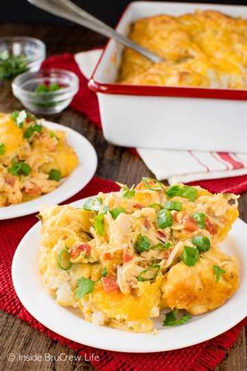 Fiesta Chicken Nacho Bake: agregar tomates, galletas y queso hace que esta cazuela de pollo sea tan fácil y deliciosa. Gran receta de cena para noches frías!