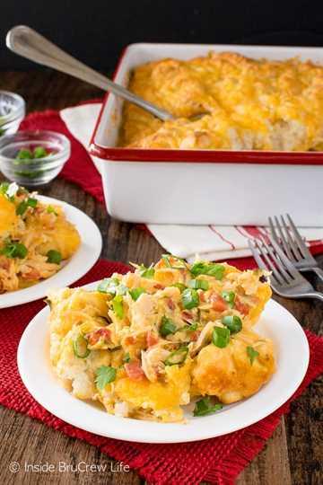 Fiesta Nacho Chicken Bake: esta cazuela de pollo fácil está cargada de queso, verduras y galletas. ¡Gran receta de comida reconfortante para noches frías!