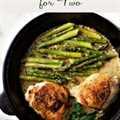 Sartén muslos de pollo y cremosa receta de espárragos para dos