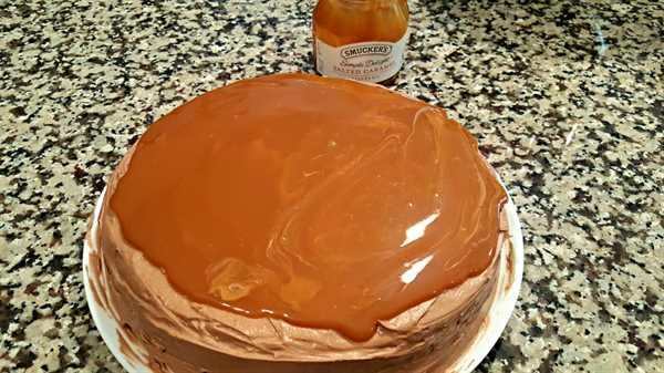 "un pastel redondo con glaseado marrón cubierto con caramelo salado ""srcset ="" https://juegoscocinarpasteleria.org/wp-content/uploads/2020/03/1583170084_29_Pastel-de-chocolate-con-caramelo-salado-Receta-de-lote-pequeno.jpg 1000w, https: / /cdn1.zonacooks.com/wp-content/uploads/2017/08/Salted-Caramel-Chocolate-Cake-4-500x282.jpg 500w ""tamaños ="" (ancho máximo: 1000px) 100vw, 1000px"