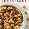 Snickers Cheesecake cubierto con maní