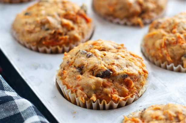 ¡Los muffins son una excelente manera de comenzar la mañana! ¡Estas magdalenas están cargadas de zanahorias, pasas y nueces! #muffins # desayuno # receta # zanahorias