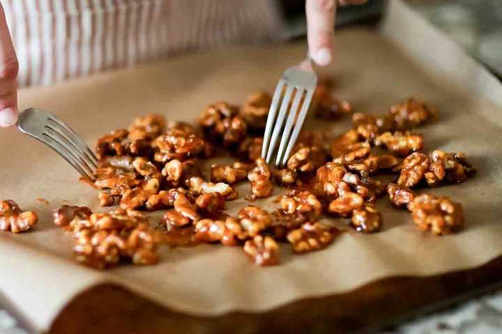 Cómo Candy Walnuts - separa las nueces