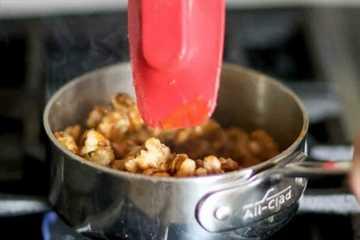 cómo hacer nueces confitadas - agregue las nueces al azúcar caramelizada