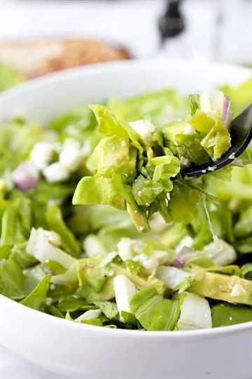 Ensalada picada: una ensalada picada brillante de calidad de restaurante con aguacate y endibia que puedes preparar en casa en 10 minutos. ¡Súper crujiente, cremoso y saludable! Receta, vegana, sin gluten, saludable, ensalada, guarnición, merienda | pickledplum.com