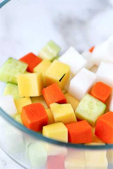 Bagna Cauda japonesa: ¡ofrece una forma divertida y creativa de comer verduras! Este es un bagna càuda de estilo japonés fácil que no requiere calor ni palos de fondue. ¡Apilar las verduras en cubos en forma de cubo de Rubik es una forma segura de impresionar a cualquiera que vaya a cenar esta noche! Listo en 18 minutos de principio a fin. Recetas de verduras saludables, recetas de salsa de verduras, aperitivos italianos saludables, ideas de recetas de verduras | pickledplum.com
