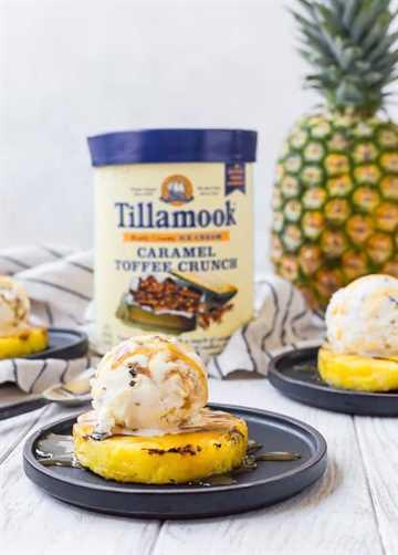 Esta piña a la parrilla con helado de caramelo y crujiente de caramelo es el postre perfecto perfecto para el verano. ¡A todos les encanta, puedes hacerlo en unos 10 minutos y se cocina a la parrilla para que no tengas que calentar la casa!