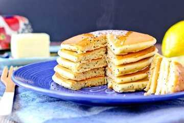 ¡Estos panqueques de requesón y limón con semillas de amapola comienzan tu día con proteínas y sabor! Rápidamente se convertirán en un nuevo desayuno favorito.