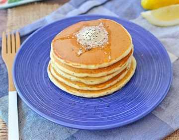 ¡Panqueques de semillas de amapola y limón con un ingrediente secreto para agregar proteínas! ¡Obtén la receta fácil en RachelCooks.com!