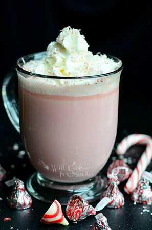 Menta Chocolate Caliente Blanco. Es un delicioso chocolate caliente hecho con besos de menta y chocolate blanco. #peppermint #drink #hotcocoa #holidaydrink #hotchocolate