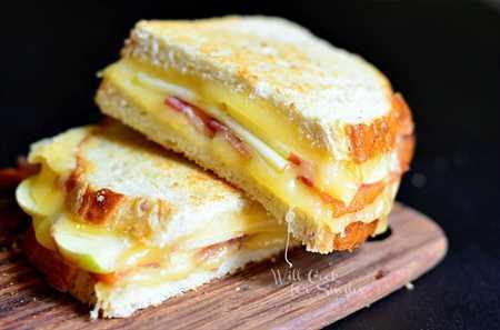 Queso a la parrilla con tocino de manzana Gouda 1 (c) willcookforsmiles.com #apple #bacon #sandwich