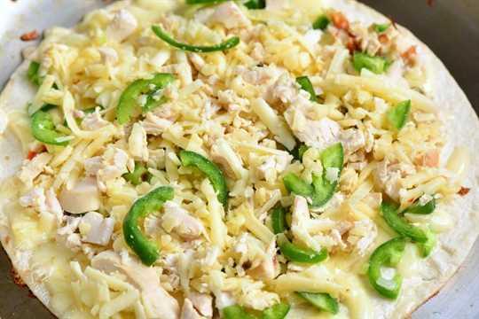 Las quesadillas de pollo jalapeño se preparan fácilmente con solo 4 ingredientes y en 30 minutos. Esta receta de Quesadilla está llena de queso derretido, pollo asado tierno y jalapeños picantes, todos rellenos en una tortilla de harina crujiente. # pollo # aperitivo # merienda #quesadillas
