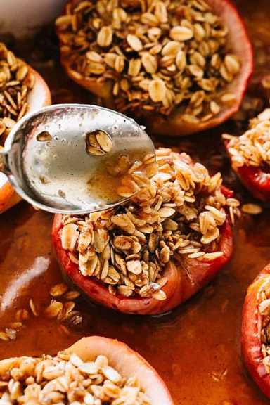 """Manzanas al horno de microondas: deliciosas, jugosas y clásicas manzanas al horno rellenas con una mezcla de avena dulce y preparadas en el microondas en solo minutos. """"ancho ="""" 640 """"altura ="""" 960"""