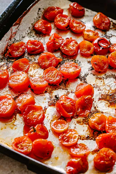 """Tomates asados en una bandeja para hornear. """"Width ="""" 640 """"height ="""" 960 """"data-pin-description ="""" Sopa de tomate asada - Sopa de tomate rica, audaz y sabrosa hecha con tomates cherry asados, ajo y albahaca. ¡Preparada con solo un puñado de ingredientes, esta receta de sopa de tomate es mucho mejor que la versión enlatada y no podría ser más simple de hacer!"""