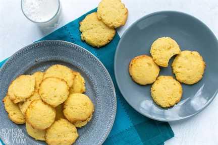 platos de galletas de harina de coco keto