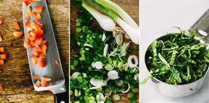 Tres imágenes de vegetales picados para la base de una ensalada de maíz dulce a la parrilla: pimiento rojo finamente cortado en cubitos, cebolletas en rodajas finas y albahaca fresca en juliana.