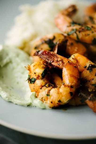 Este camarón picante paleo es una receta fácil y rápida para cenar entre semana. Los camarones están picantes y picantes, y combinan muy bien con alioli de aguacate cremoso y agrio. Esta deliciosa receta de camarones paleo es perfecta para enero Whole30, ¡o cualquier otra noche! #paleo # whole30 #shrimp #spicyshrimp #recipe # 30minutemeal