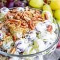 Esta receta de ensalada de uva fácil es una ensalada de frutas cremosa hecha con queso crema y crema agria, mezclada con uvas y cubierta con azúcar moreno y nueces crujientes. Es una guarnición sureña fácil que es perfecta para fiestas de verano, barbacoas y comidas. ¡Esta ensalada de postre incluso se puede hacer con Butterfingers o Snickers! #fruitsalad #potluckrecipes # uvas #dessert #creamcheese #homemadeinterest