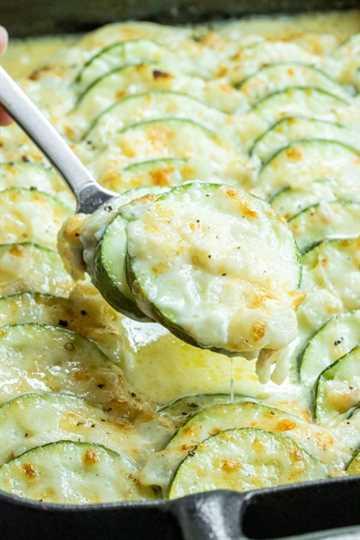 """Cazuela de calabacín es un lado perfecto bajo en carbohidratos """"width ="""" 600 """"height ="""" 900 """"data-pin-description ="""" Esta cazuela de calabacín al horno cremosa y cursi está hecha con calabacín fresco, crema rica y mucho queso para el último calabacín ¡hornear! Es una cacerola de verduras de verano fácil que hace una gran receta para agregar a su plan de comidas. Si ha estado buscando una receta de calabacín para usar todos esos calabacines de verano, ¡este es! #zucchini #summerrecipes #vegetables #casserole #cheese """"srcset ="""" https://juegoscocinarpasteleria.org/wp-content/uploads/2020/03/1583179743_688_Cazuela-de-calabacin-al-horno-con-queso-Keto.jpg 600w, https: // i2 .wp.com / homemadeinterest.com / wp-content / uploads / 2019/06 / Zucchini-Casserole_2-300x450.jpg 300w """"datos-tamaños ="""" (ancho máximo: 600px) 100vw, 600px"""