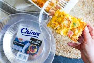 Una rebanada de jamón y queso muffin inglés desayuno cazuela en un plato