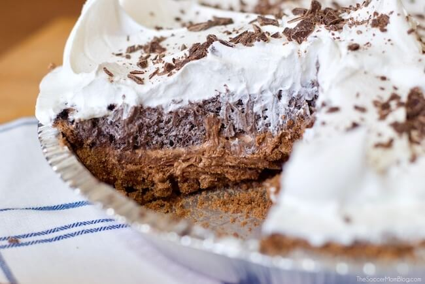 Fluffy, cremoso, chocolate-y, crujiente ... ¡todo lo anterior! ¡No hay nada más fácil que este delicioso pastel de galletas sin hornear! (¡Solo minutos para preparar!)