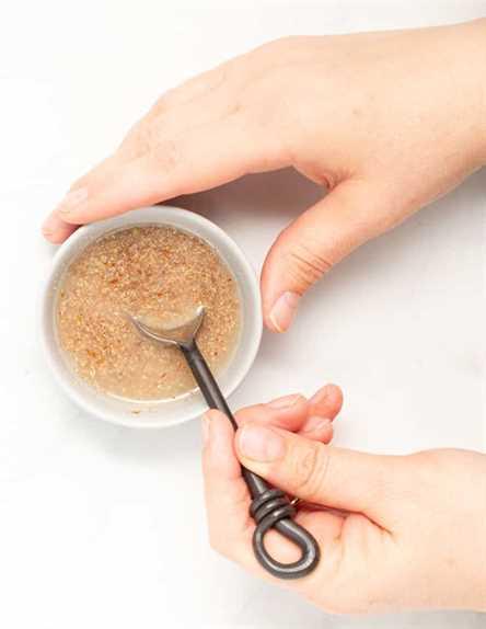 el lino molido y el agua se mezclan en un tazón pequeño para hacer un huevo de lino