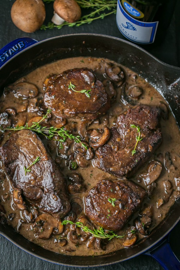 Una receta fácil y excelente para el filet mignon. La salsa de vino de champiñones es deliciosa y sabe gourmet. ¡Esta receta de filet mignon es perfecta para cualquier ocasión!